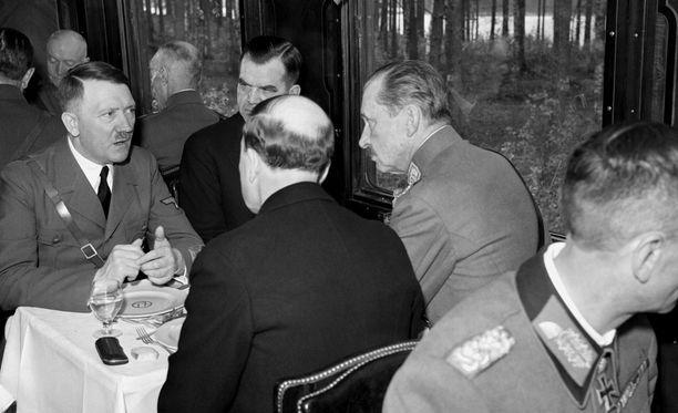 Adolf Hitler vieraili Suomessa 4.6.1942. Uutuuskirjan mukaan Hitler sai osakseen paljon myötätuntoa käyttäytymällä koko ajan vaatimattomasti ja luontevasti.