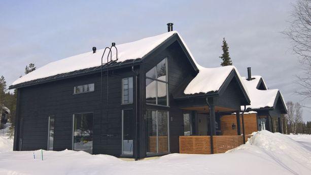 Pohjoisesta löytyy muitakin kuin kelomökkejä. Näitä loma-asuntoja voi kutsua mökkien sijaan huviloiksi kaikkine mukavuuksineen. Autokatoksella toisiinsa kytketyt huoneistot maksavat 495 000 euroa.
