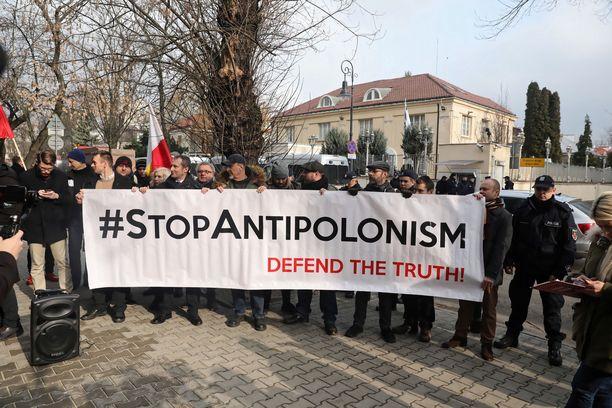 Jotkut puolalaiset ovat raivostuneet Netanjahun kommentista. Ihmiset osoittivat perjantaina mieltään Israelin suurlähetystön edustalla Varsovassa.