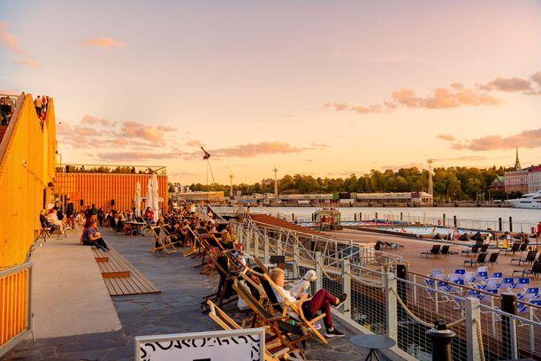 Terassikesä 2020 saattaa sittenkin onnistua. Kuva Helsingin Allas-meriuimalasta, joka avataan yleisölle 1. kesäkuuta.