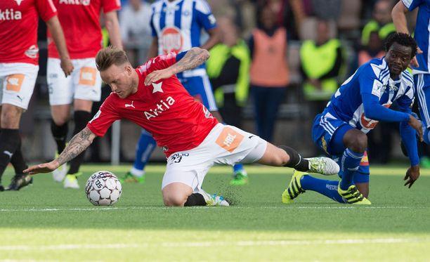 Mika Väyrynen (vas.) joutui kovan taklauksen kohteeksi HJK:ta vastaan.