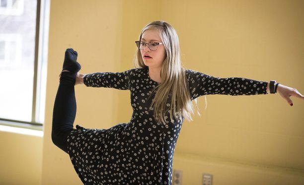 Mikayla Holmgren on harratanut tanssia kuusivuotiaasta alkaen.