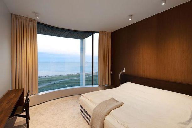 Useasta huoneesta on esteetön näköala merelle. Huoneita on yhteensä kymmenen. Asuintilojen pinta-ala on 460 neliötä, mutta kodissa on yhteensä huimat 740 neliötä.