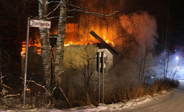 70-neliöinen rintamamiestalo tulipalossa Ojanteentiellä Kotkan Korkeakoskella.