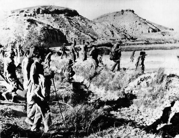 Yhdysvaltain ilmavoimien sotilaat haravoimassa radioaktiivista plutoniumia Palomaresin ympäristöstä vuonna 1966.