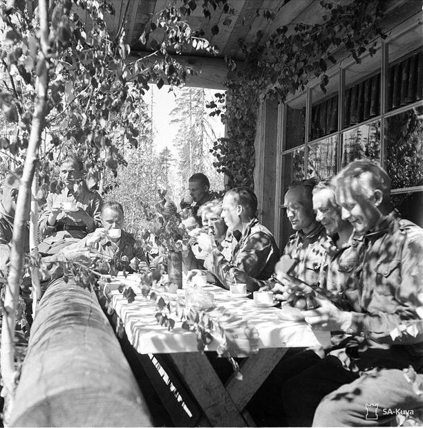 Etulinjan yksikön juhlapäivän päätteeksi saatiin korvikekahvit. Mäntsäläläiset olivat lähettäneet omille pojilleen pullaa, josta riitti suuri pala jokaiselle.