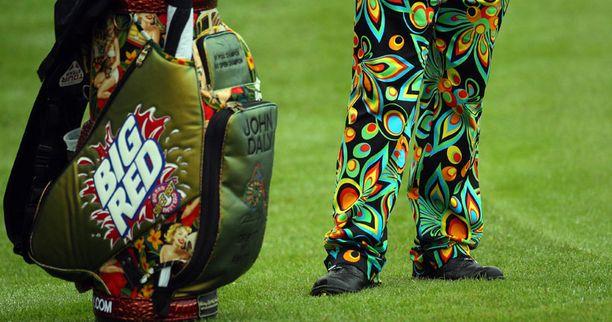 Näistä housuista taitaa löytyä kaikki sateenkaaren värit.