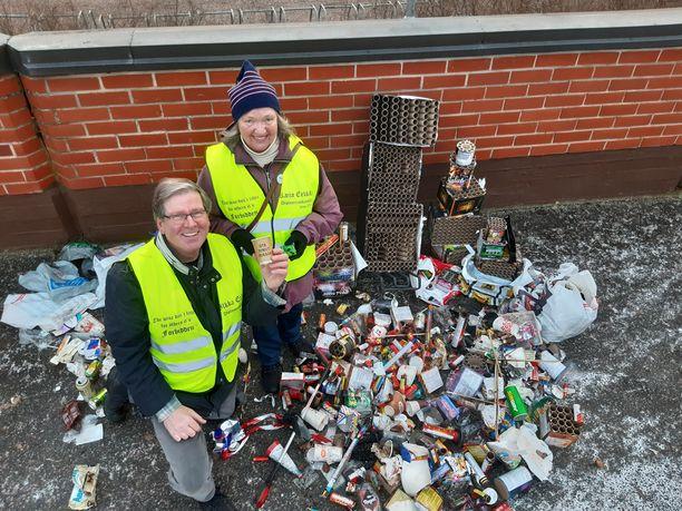 Ilkka ja Kaija Erkkilä keräsivät uutenavuotena roskia kahdella eri kierroksella. Työhön kului useita tunteja.