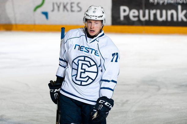 Janne Puhakka on espoolaisen kiekkokoulun kasvatti. Kuva on kaudelta 2017-18 ja päällä on Espoo Unitedin pelipaita.
