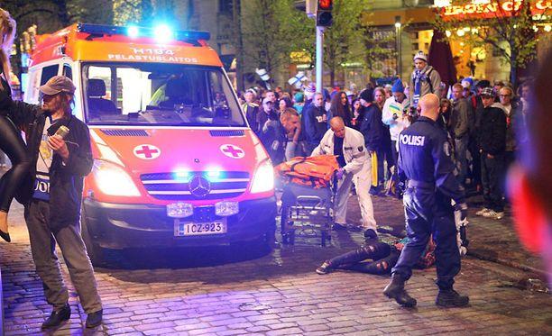 Silminnäkijän mukaan nainen putosi nosturista ja jäi makaamaan liikkumattomana maahan. Hänen vammoistaan ei ole tietoa.