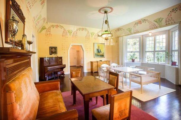 Olohuoneen katossa on koristeelliset käsinmaalatut ornamentit. Kiintokalusteet on toteuttanut porvoolainen puuseppä Leo Haapatalo.