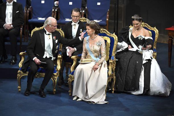 Kruunuprinsessa Victoria (oik.) pukeutui Nobel-gaalassa upeaan mustavalkoiseen pukuun. Vasemmalla Ruotsin kuningas Kaarle XVI Kustaa ja keskellä kuningatar Silvia.