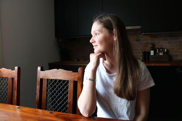 Laura Jouttunpää oli 21-vuotias, kun hän sairastui anoreksiaan. Sairaus varjosti myös kahden lapsen raskausaikaa. Vasta kolmas raskaus sujui ilman ongelmia. Nyt vaikeista ajoista on kolme vuotta.