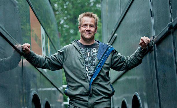 Armeijahenkisen hiusmallin voi kopioida esimerkiksi Yö-yhtyeen Olli Lindholmilta.