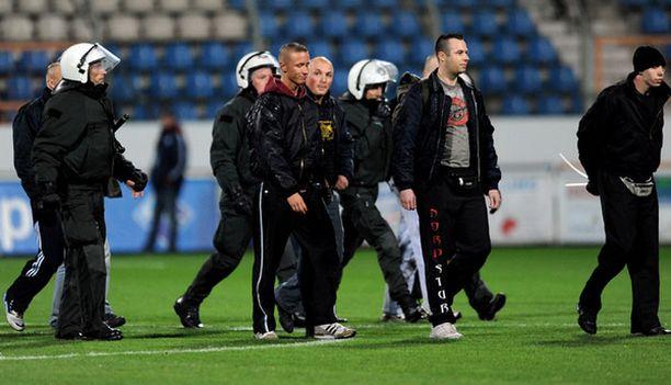 Saksan poliisi pidätti viisi uusnatsia Bochumin Rewirpower-stadionilla.