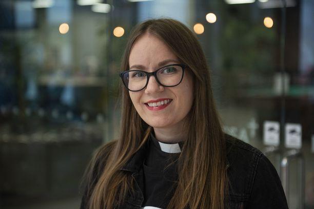 """Nuoret ja aikuiset ottavat tubettavaan """"emiliapappiin"""" eli pastori Emilia Turpeiseen somessa yhteyttä myös ihan vain keskustellakseen papin kanssa elämän iloista ja suruista."""