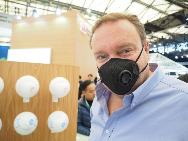Vesa Mäkipään bisnes on Hongkongissa, mutta perhe muutti Kiinan saasteita pakoon Espanjan Barcelonaan. Silloin, kun Hongkongin ulkoilma on epäterveellistä, käyttää Mäkipää yhtiönsä kehittämää korkean alhaisen painevastuksen ja korkean suodatusasteen hengityssuojainta.