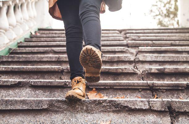 Epävarmuus portaissa voi johtua siitä, että kaihin vuoksi henkilön on vaikea erottaa portaita toisistaan.