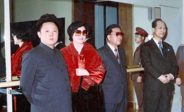 Kim Jong-il (vas.), Choi Eun-hee ja Shin Sang-ok Pohjois-Koreassa ennen pariskunnan loikkaamista länteen.