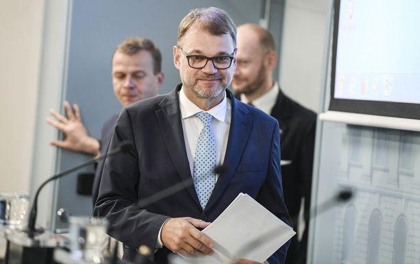 Hallitus lisäsi valtiovarainministeri Petteri Orpon (kok) mukaan budjettiriihessä menoja 230 miljoonalla eurolla. Valtion budjettitalouden alijäämän ennakoidaan olevan 1,4 mrd. euroa vuonna 2019. Kuvassa myös pääministeri Juha Sipilä (kesk) ja Eurooppa-, kulttuuri- ja urheiluministeri Sampo Terho (sin).