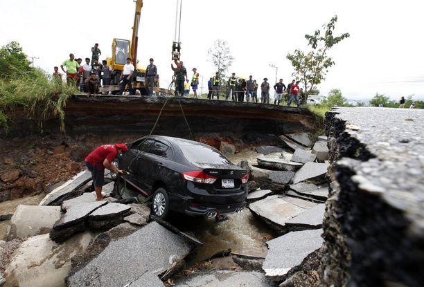 Autoa nostettiin tulvien romahduttamalta tieltä Songkhlan provinssissa marraskuun lopulla.