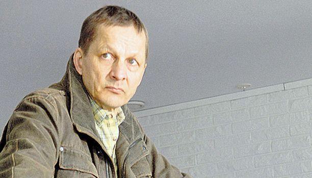 Harjunpää (Markku Maalismaa) tutkii kotikaupunkiaan piinaavaa murtoaaltoa.