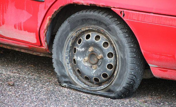 Nuorta miestä epäillään ajoneuvojen renkaiden vahingoittamisesta teräaseella. Kuvituskuva.