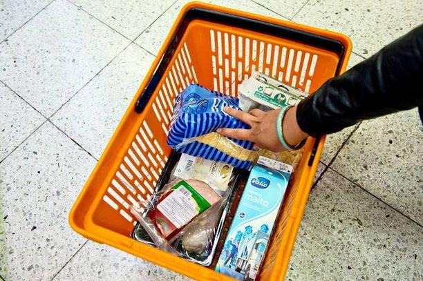 OSTOSKORI KALLISTUU? Kuvan elintarvikkeiden hinta saattaa syksyllä nousta satokatastrofin jäljiltä.