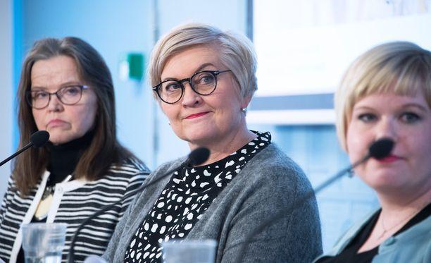 Maakunta- ja soteuudistuksen keskeiset vetäjät hallituksessa: ministerit Annika Saarikko ja Anu Vehviläinen sekä projektijohtaja Päivi Nerg.