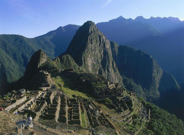 Machu Picchun kauneitta lisäävät rauniokaupunkia ympäröivät jylhät Andit.