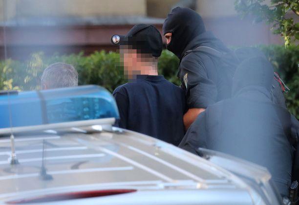 Poliisit veivät pidätettyä Karlsruhessa oikeusistuimen eteen Karlsruhessa.