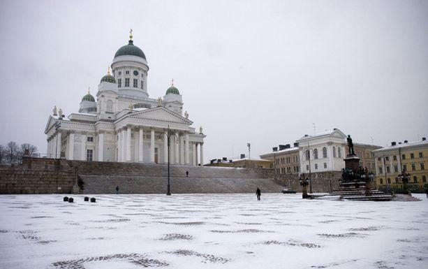 VALKEA MAA Kahden sentin vahvuinen ensilumi satoi Helsinkiin tiistaina.