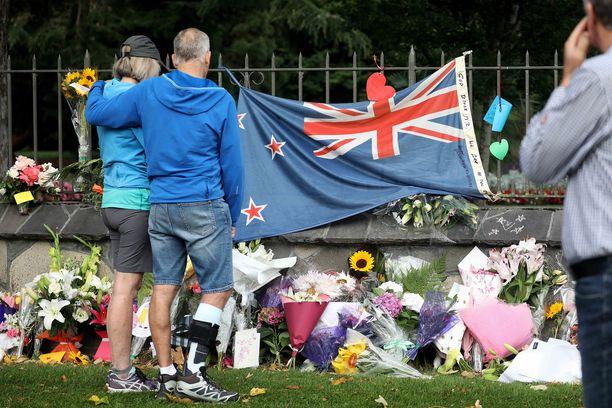Terrori-iskussa kuolleiden muistoksi on tuotu kukkia Christchurchissa Uudessa-Seelannissa