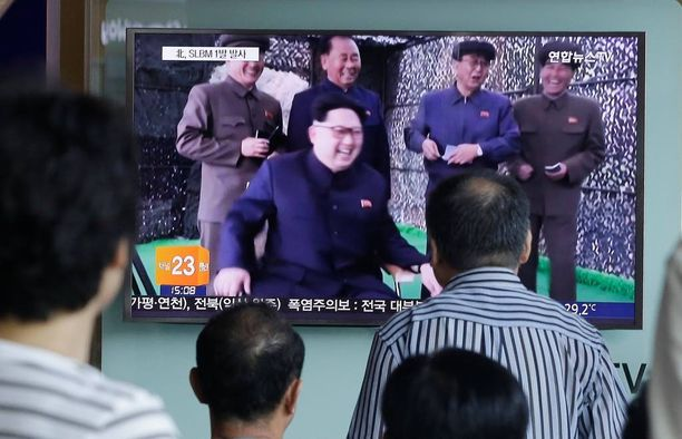 Ihmiset katselivat lauantaina Etelä-Korean Soulissa uutislähetystä Kim Jong-unista.