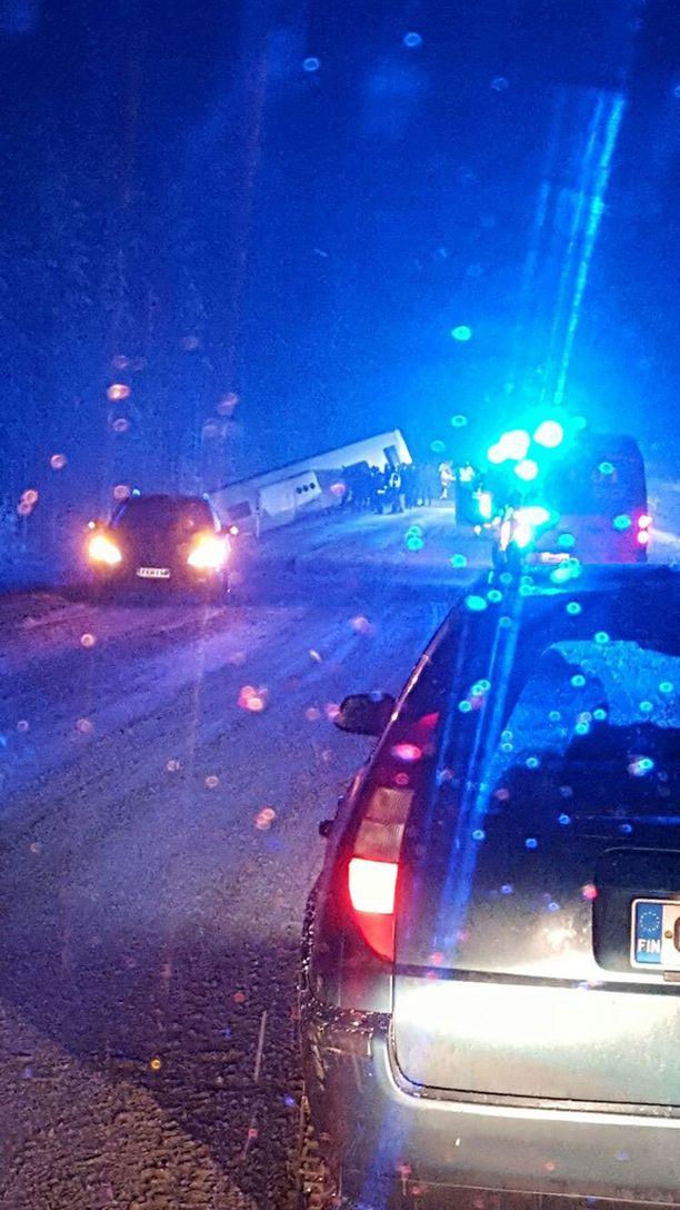 Bussi kaatui törmäyksen seurauksena ojaan. Pahoilta vahingoilta vältyttiin.