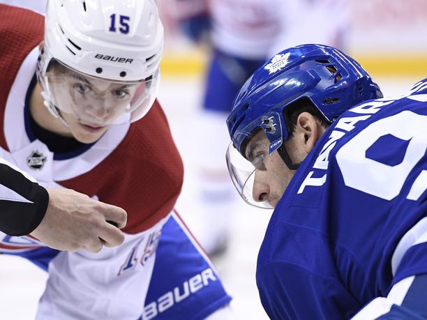 Jesperi Kotkaniemi kohtasi NHL-debyytissään Maple Leafsiin siirtyneen John Tavaresin.