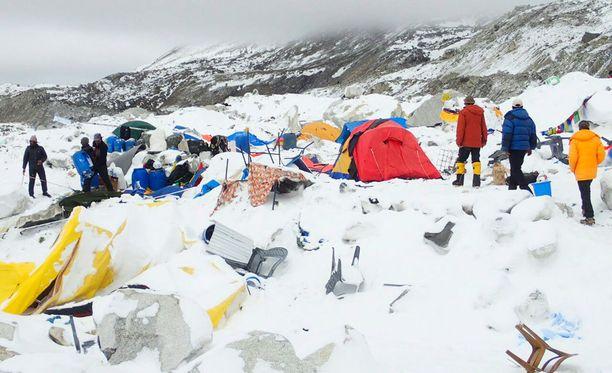 Mount Everestin perusleiristä on löytynyt jo 18 kuollutta. Suomalainen vuorikiipeilijä Carina Räihä epäilee, että uhreja tulee vielä lisää.