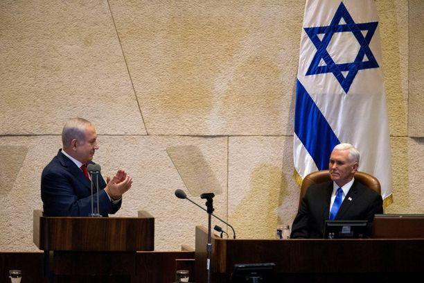 Israelin pääministeri Benjamin Netanjahu osoitti suosiotaan varapresidentti Mike Pencelle Israelin parlamentissa Jerusalemissa.