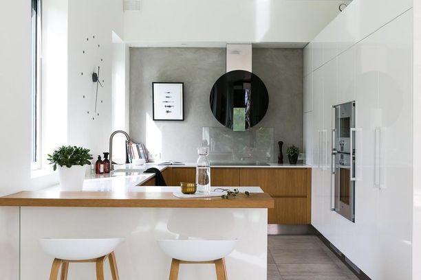 Keittiön takaseinä on käsin hierretty. Betoni sopii kauniisti yhteen puun kanssa.