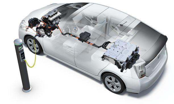 KAKSI MOOTTORIA. Eteen sijoitettu bensamoottori ja taakse sijoitettu sähkömoottori tarjoavat 136 hevosvoiman yhteistehot.