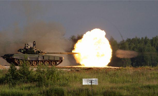 Venäläinen tankki Alabinossa Moskovan lähellä ampumanäytöksessä.