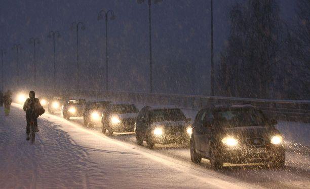 Lunta satoi paikoittain koko perjantain, lauantain ja lauantain ja sunnuntain välisen yön. Kuvituskuva.