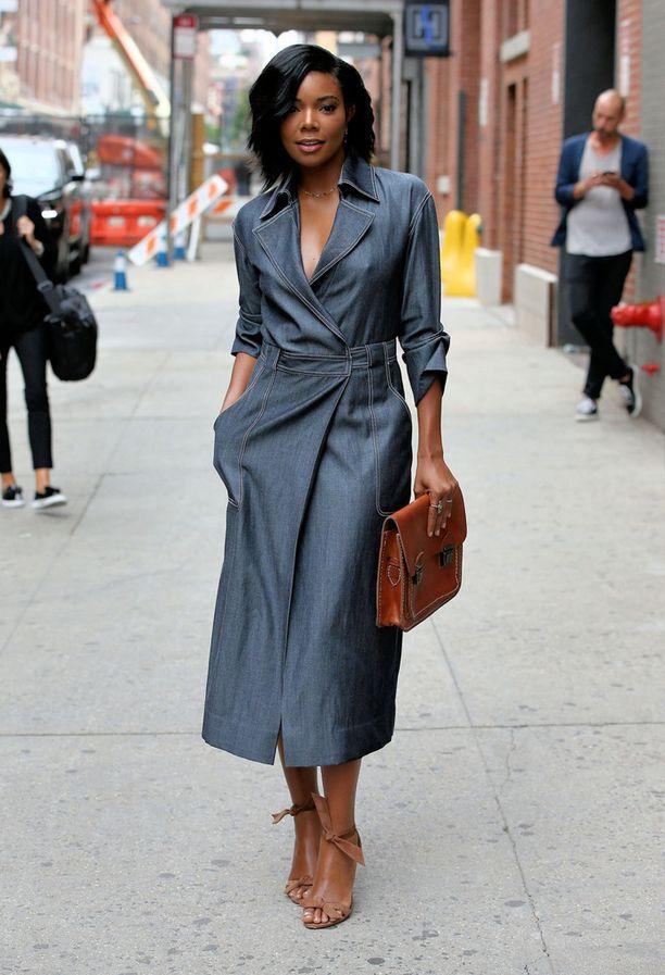 Takkimekko, täydellinen syysvaate. Vyö tekee siluetista naisellisen, pitkä mitta muodikkaan. Myös lämpimän ruskean ja viileän harmaan yhdistelmästä voi ottaa mallia.