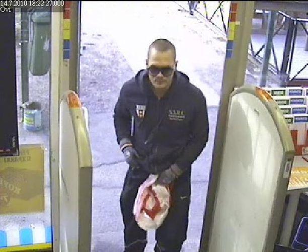 Poliisi on julkaissut Kannelmäen ryöstöpaikalta taltioituja kuvia epäillystä tekijästä.