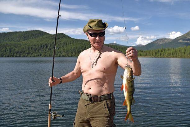 Vladimir Putin tapasi Baikaljärvellä paikallisia viranomaisia - mutta ehti myös kalaan.
