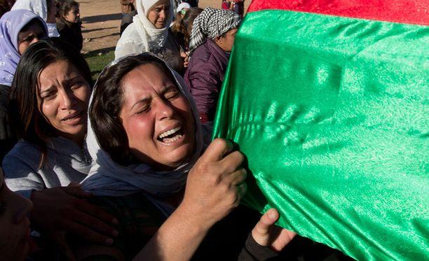 Nainen suree Isisin vastaisissa taisteluissa Kobanissa kuollutta kurditaisteilijaa.