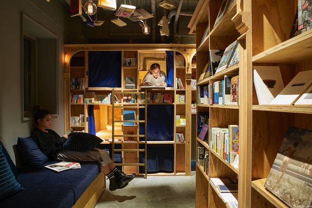 Kirjahyllyjen sisälle rakennetut makuusopet voi eristää verhoilla.