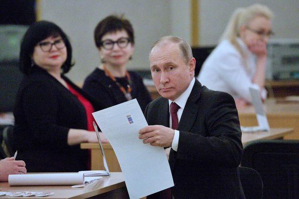 Vladimir Putin kävi äänestämässä itseään sunnuntaiaamuna Moskovassa.