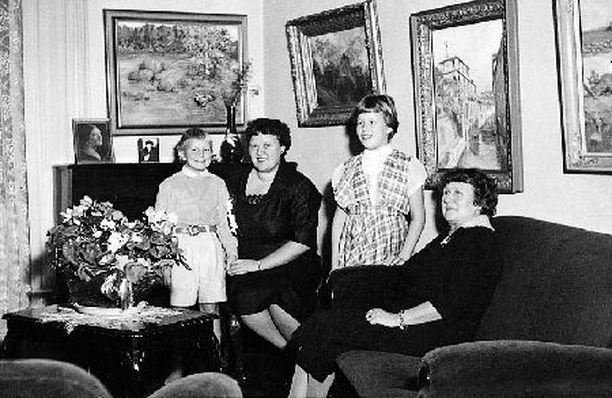 – Isoäitini Fiinu ja äitini Kaija opettivat meille Tuulan kanssa elämänarvoja. Televisio tuli meille 60-luvun alussa, kun äiti löysi minut kadulta katselemasta läheisen baarin teeveetä. Jos oli rahaa, ostimme halvinta eli hopeateetä ja pääsimme sisään teeveetä katselemaan.