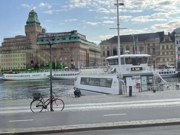 Tukholman julkiseen liikenteeseen kuuluva reittilautta 80 on hyvä keino tutustua meriteitse kaupunkiin.